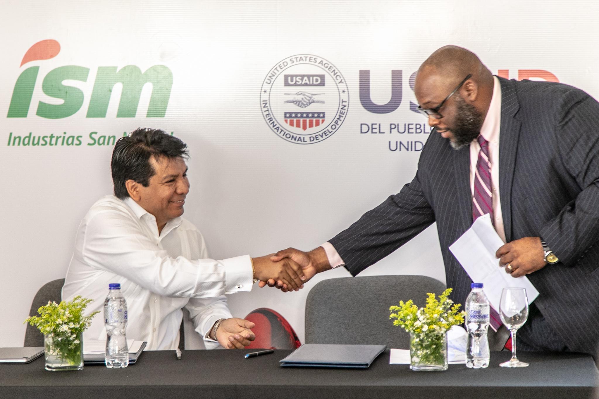 Industrias San Miguel firma acuerdo con USAID