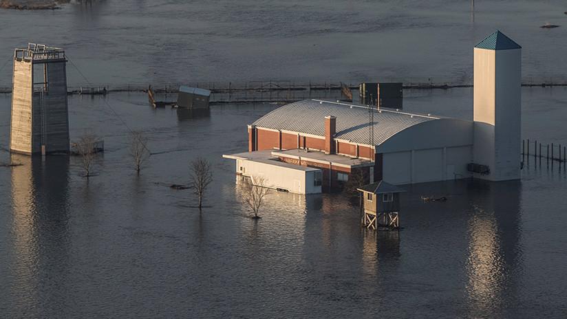 (Fotos): Se inunda la base de EE.UU. que aloja los 'aviones del juicio final'