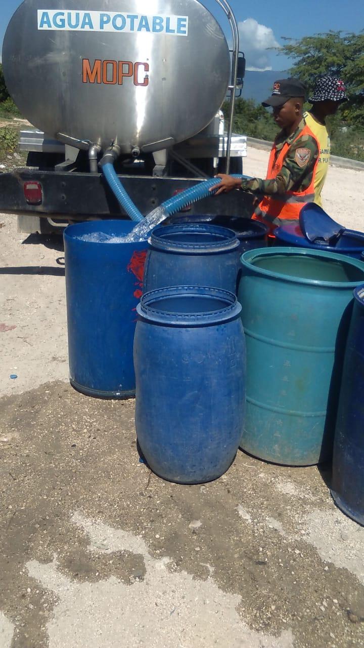 MOPC suple agua a sectores afectados por sequía en Barahona y La Romana