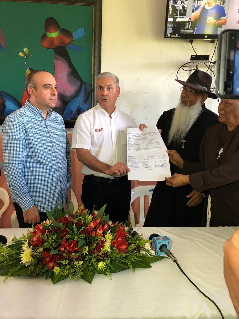 MOPC entrega donativo a Hogar de Ancianos en Nagua