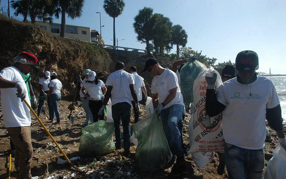 ADIPLAST y Sostenibilidad 3Rs realizan jornada de limpieza de la playa Fuerte San Gil
