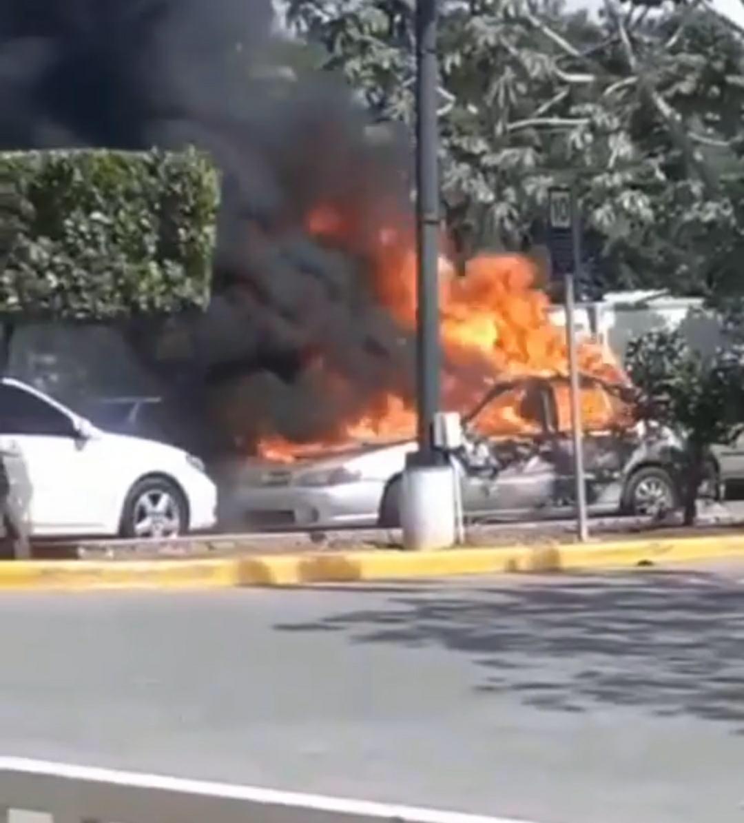 Dos vehículos se incendian en parqueo de tienda La Sirena  en Santiago