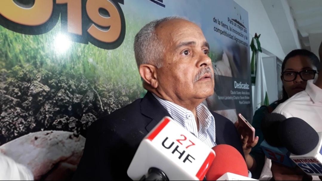 Ministro de Agricultura niega producción de leche haya bajado un 50 %