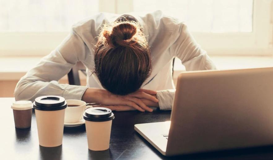 Tomar una siesta en el trabajo: la tendencia que siguen compañías en Asia y EEUU