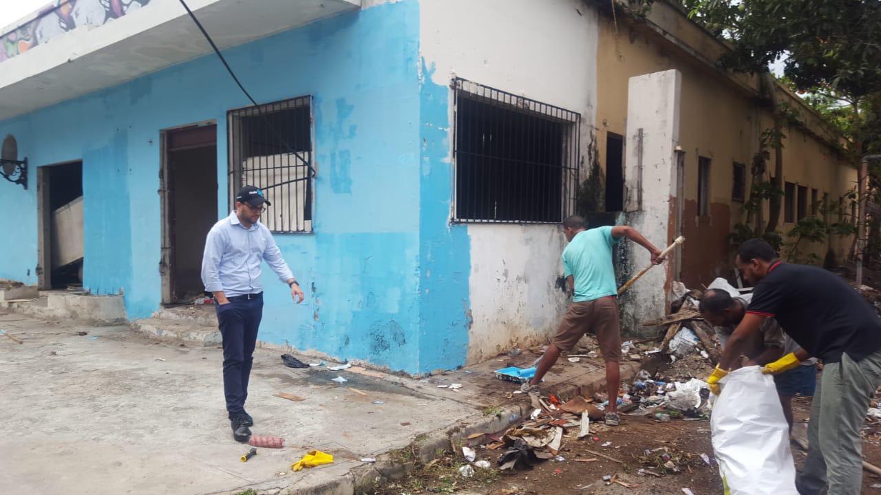Jóvenes de la zona Colonia limpian local abandonado