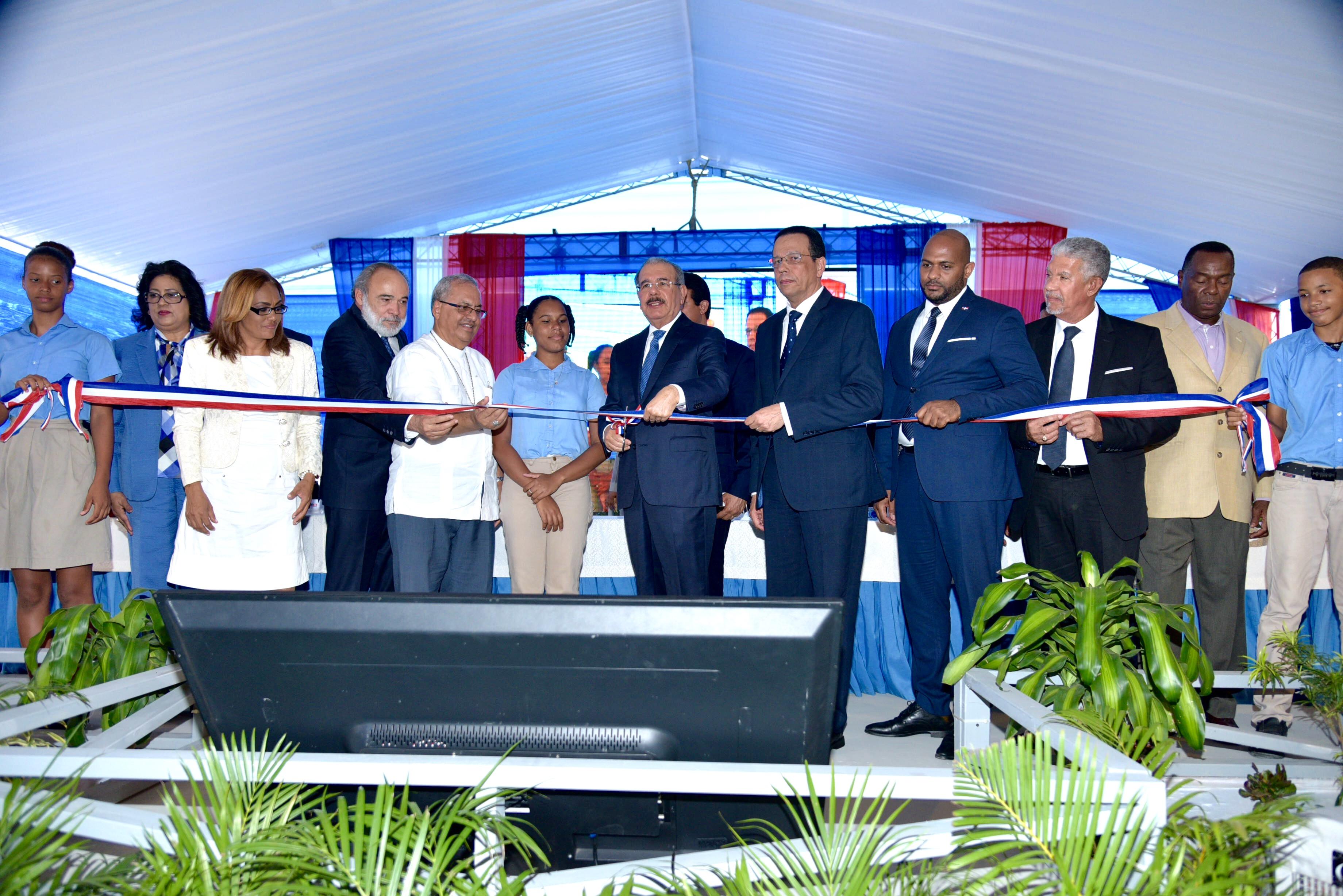 Presidente Medina entrega dos nuevos centros educativos en Boca Chica