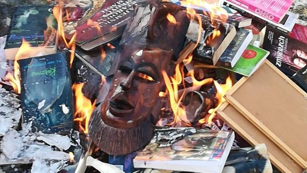 Sacerdote católico que quemó libros de Harry Potter pide disculpas