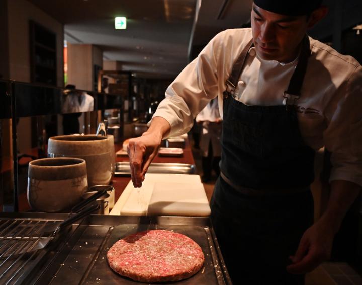 (Fotos): Qué ingredientes tiene la exclusiva hamburguesa japonesa que se vende por 900 dólares