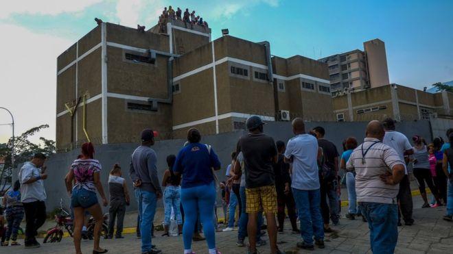 Mueren 29 presos y 19 policías resultan heridos en un motín en Venezuela