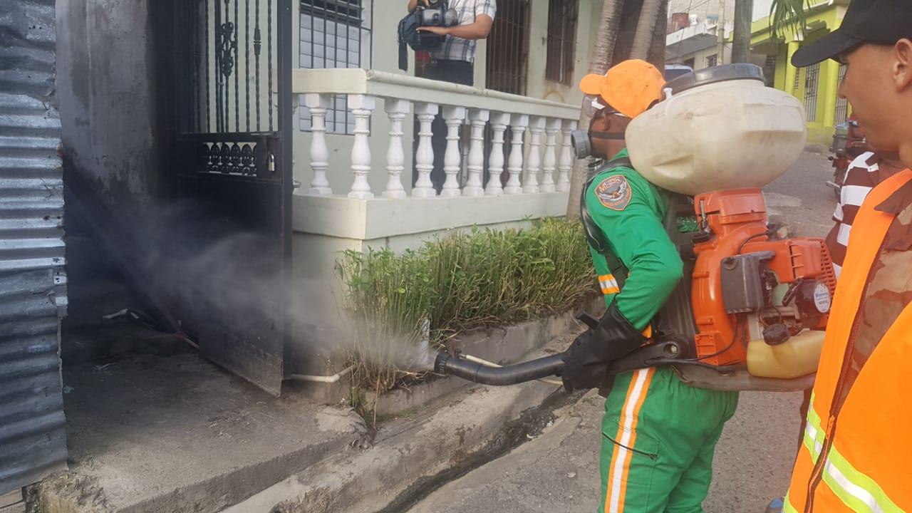 MOPC interviene sectores en DN y GSD en jornada de fumigación
