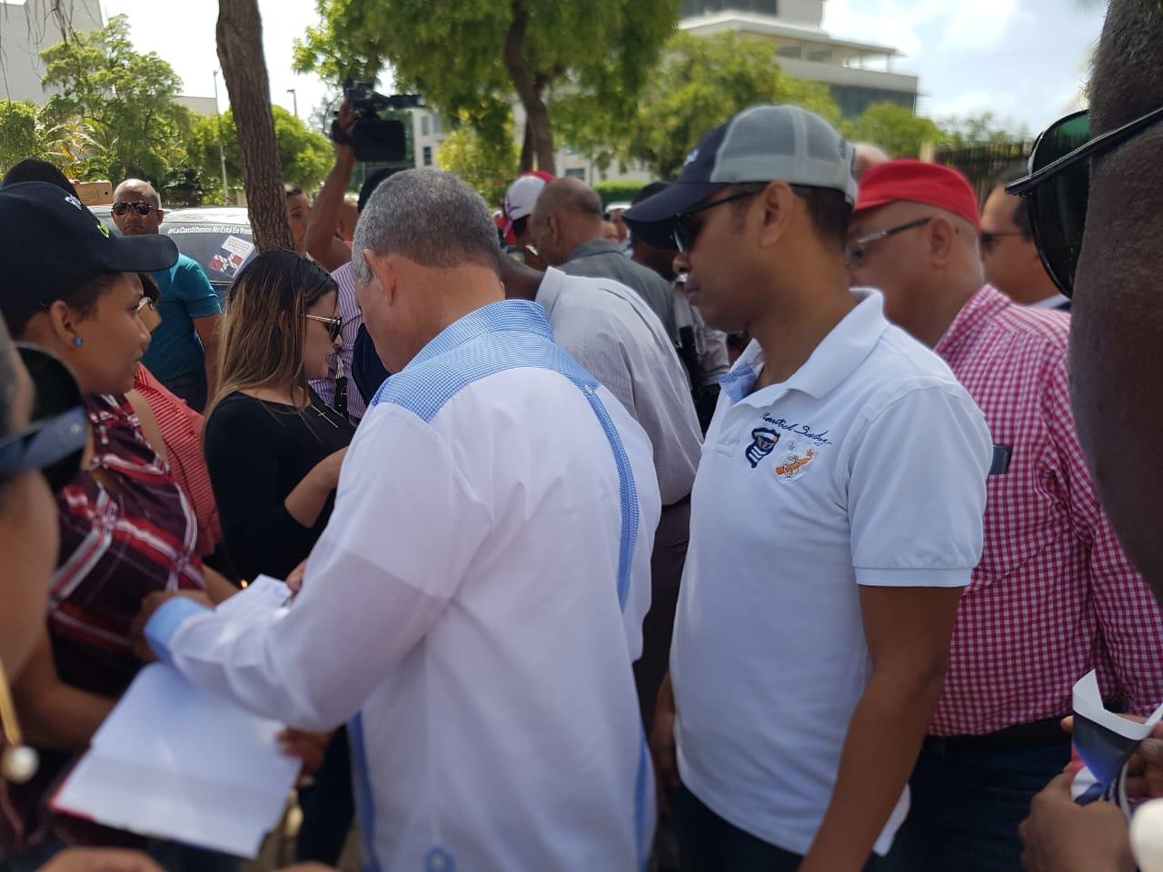 Leonelistas asisten a firmar Libro en cuarto día seguido