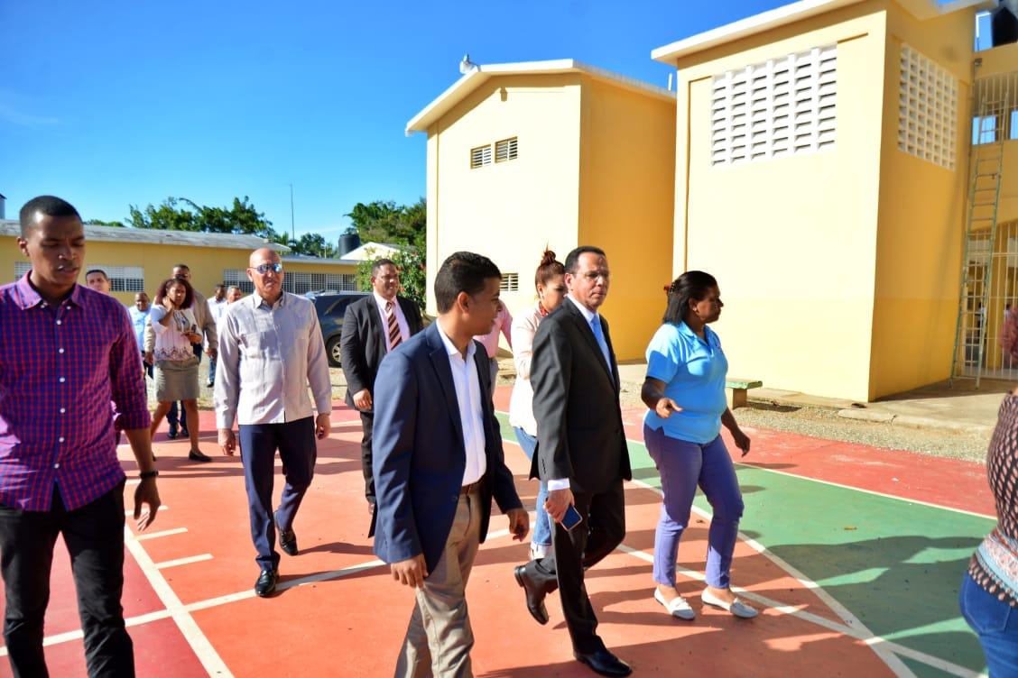 Ministro de Educación instruye reparar con urgencia escuela en Monte Plata