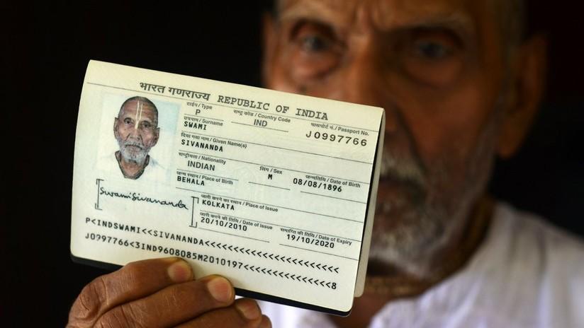 Un monje hindú causa revuelo en un aeropuerto al sacar su pasaporte y mostrar que tiene 123 años (gracias al yoga y la falta de sexo)
