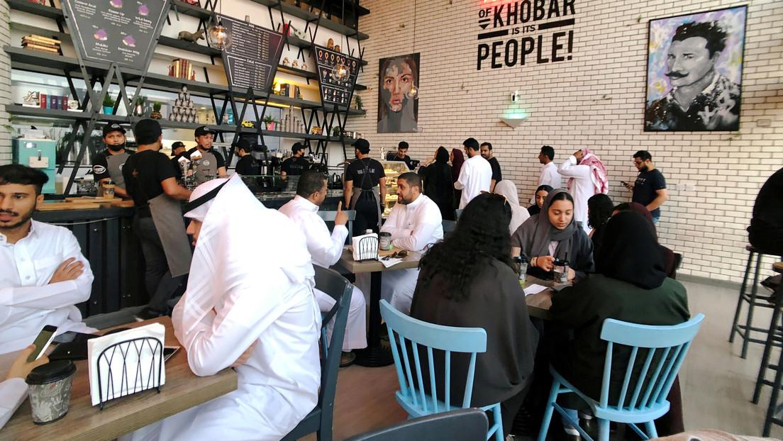 Arabia Saudita pone fin a las entradas en restaurantes que separan a hombres solos de mujeres y familias