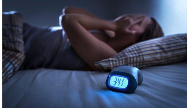 Coronavirus: por qué la pandemia de covid-19 nos está afectando el sueño (y cómo puedes prevenirlo)