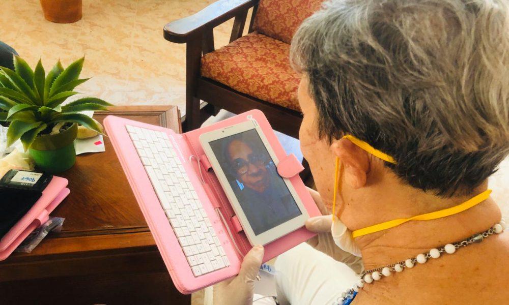 """""""La llamada solidaria"""": donan tabletas para que los ancianos se comuniquen con sus parentesco desde los asilos"""