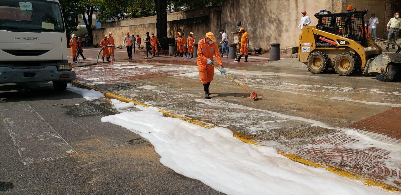 MOPC y CAASD inician jornada de limpieza en espacios públicos del DN