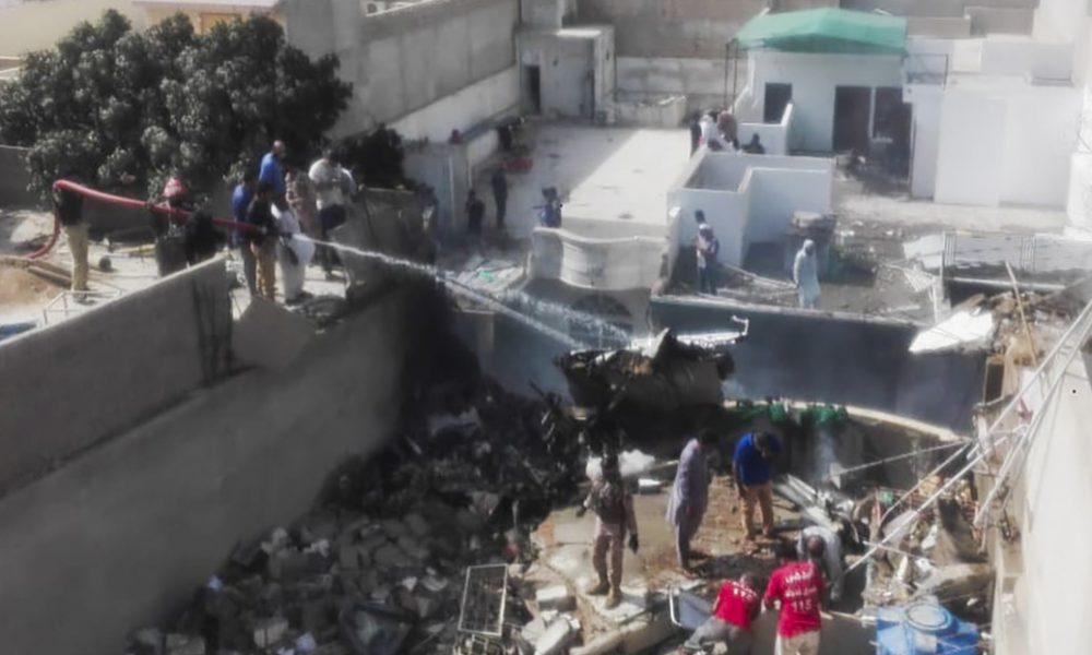 Video | Primeras imágenes desde el lugar donde se estrelló un avión de Pakistán International Airlines con 107 personas a bordo