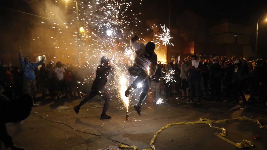 Video | Oficiales de Mineápolis abandonan una estación de policía en medio de incendios y disturbios