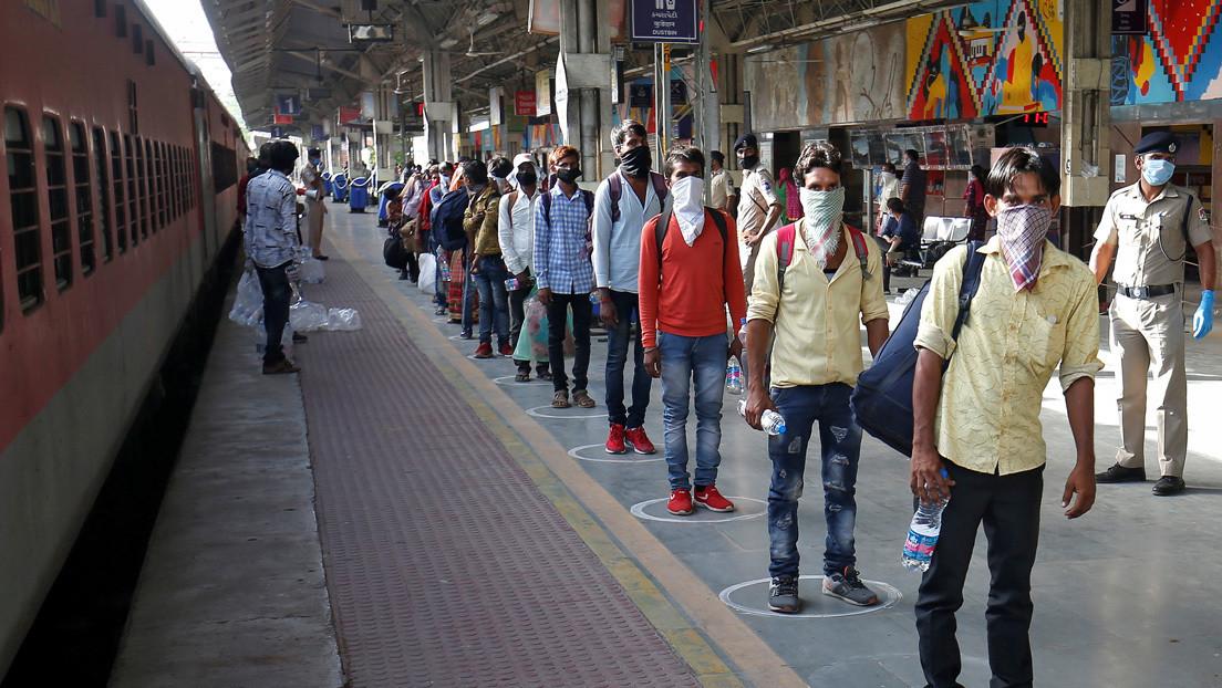 El video de un niño que intenta despertar a su madre muerta en una estación de tren conmociona a la India