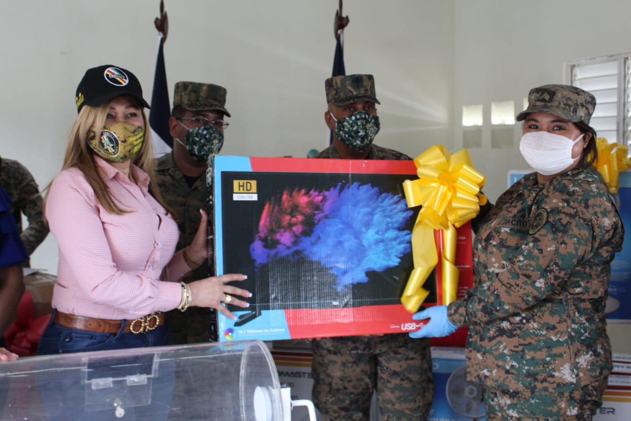 Asociación de Esposas de Oficiales del Ejército entrega regalos a las madres militares