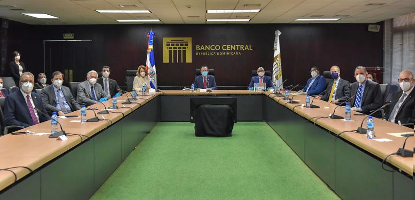 Gobernador del Banco Central y presidentes de bancos se reúnen; evalúan condiciones monetarias y cambiarias del país