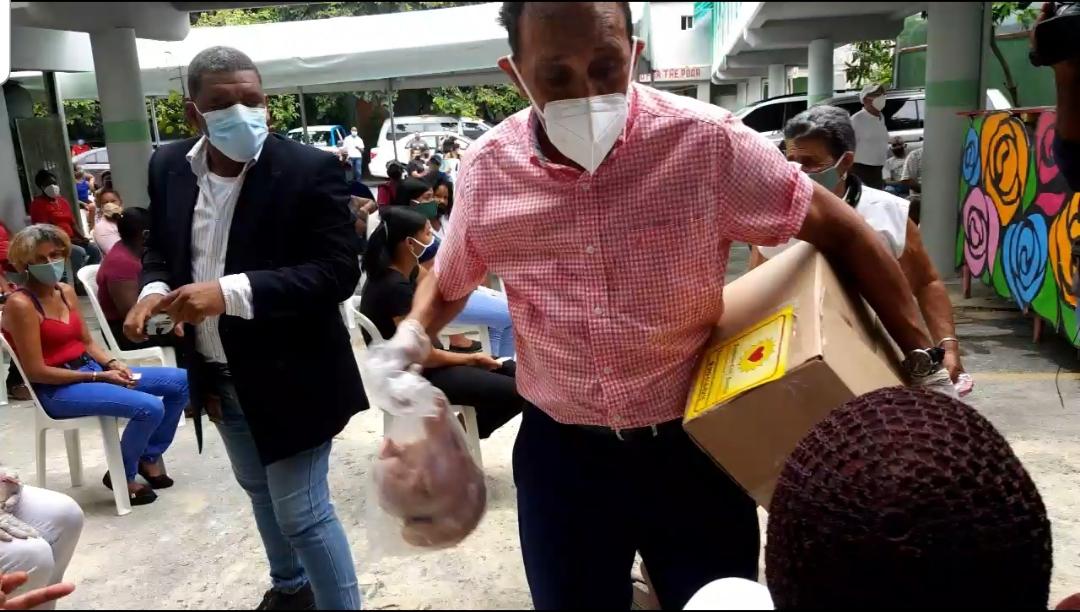 Videos | Dr. Cruz Jiminián entrega alimentos a personas necesitadas