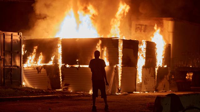 Videos | Al menos 30 incendios y diversos saqueos dan cuenta de las protestas por la muerte de George Floyd