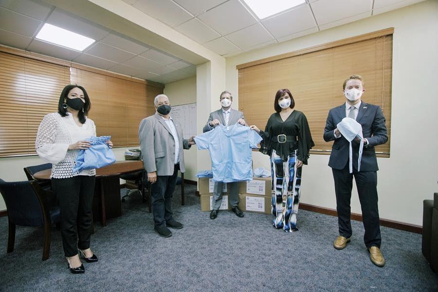 Embajada de los EEUU y FUNMODAIN donan indumentaria médica al SNS
