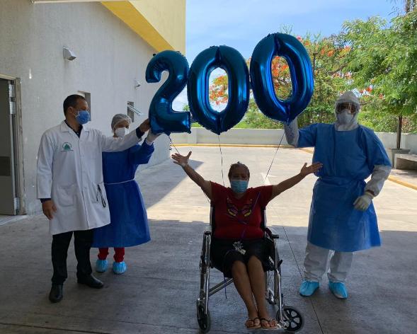 Video | Dan de alta a paciente número 200 recuperada de COVID19 en el Marcelino Vélez
