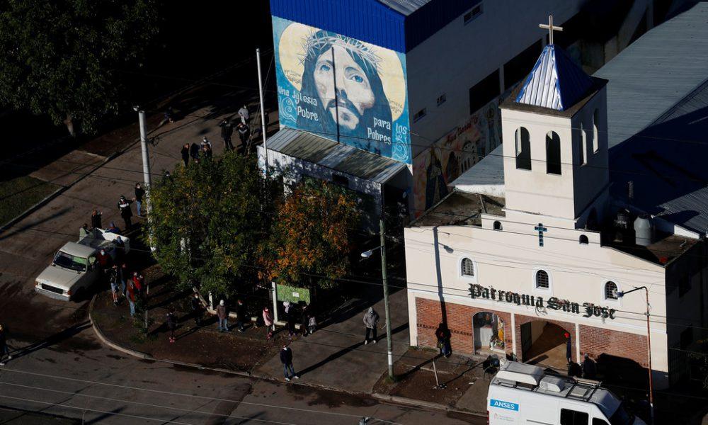Una iglesia argentina abre como un bar y los pastores se visten de camareros para protestar contra las restricciones por la pandemia