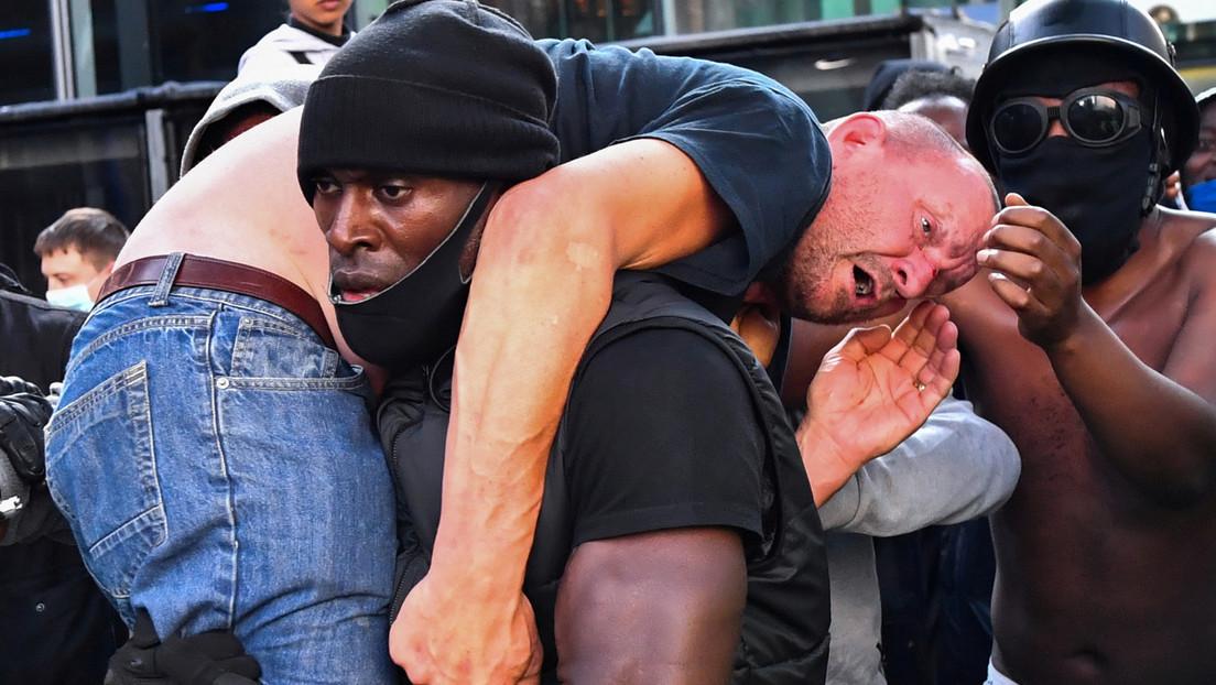 Video | Un hombre negro rescata a un manifestante blanco herido de una multitud, cargando con él sobre sus hombros