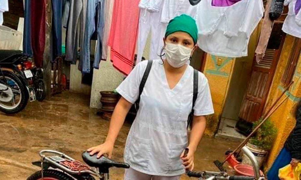 La imagen de una enfermera boliviana que recorre las calles inundadas en bicicleta se viraliza en las redes