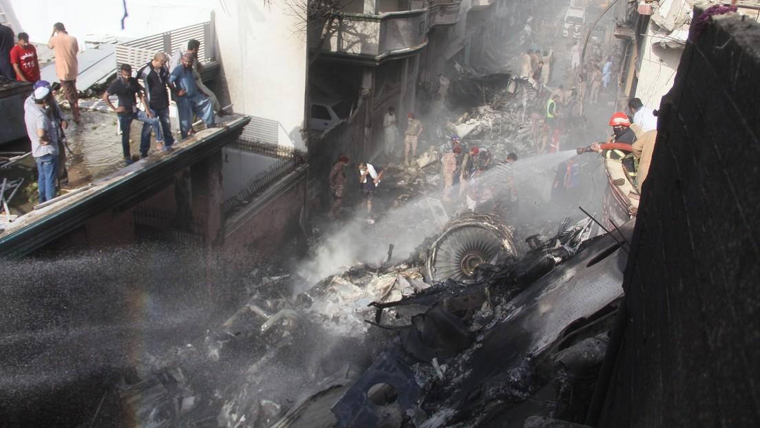 Video | Los pilotos del avión siniestrado en Pakistán estaban distraídos y preocupados debido a la pandemia
