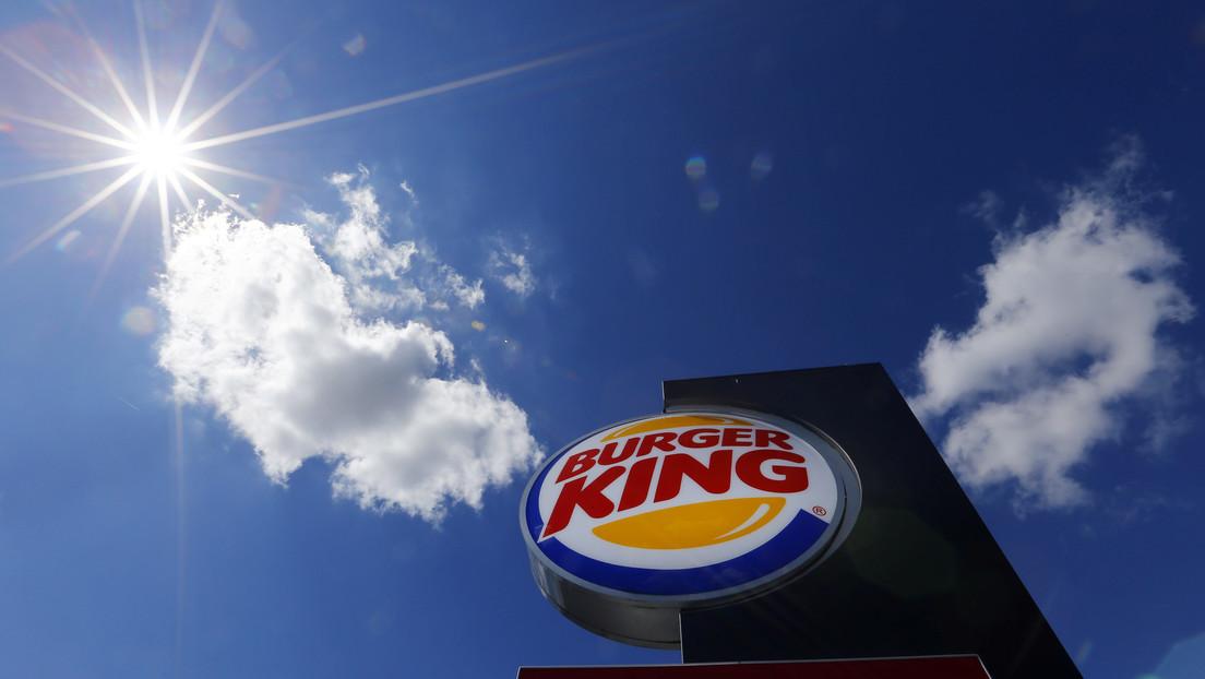 Video | Un Tesla confunde el logotipo de Burger King con una señal de 'pare' (y se convierte en una campaña publicitaria)
