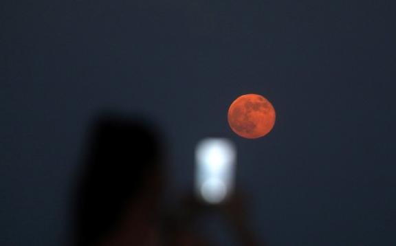 Una 'Luna de Fresa' iluminará el cielo esta semana y dará lugar a un eclipse penumbral