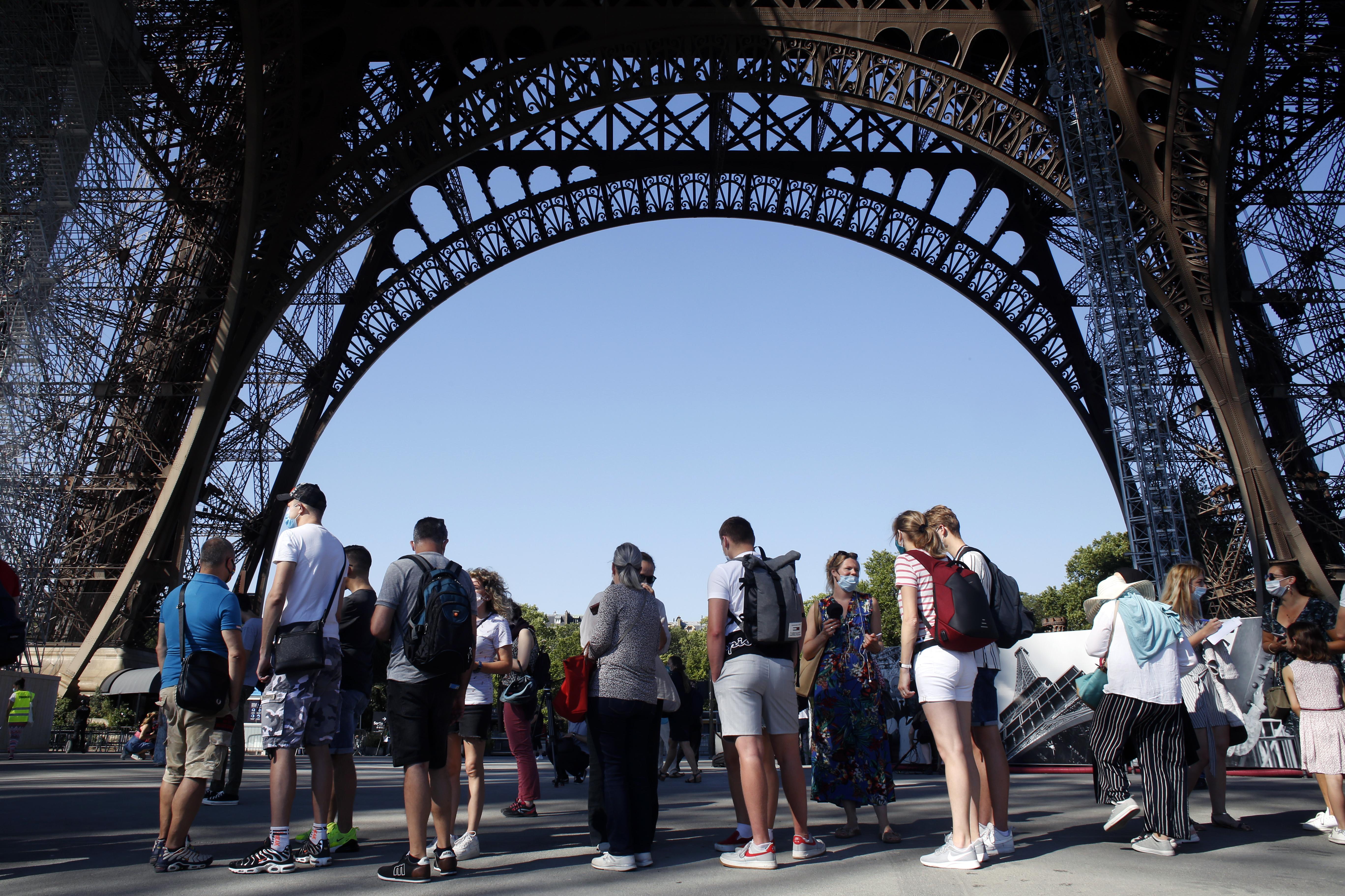 Las fotos de la reapertura de la Torre Eiffel tras 104 días de cierre por el coronavirus