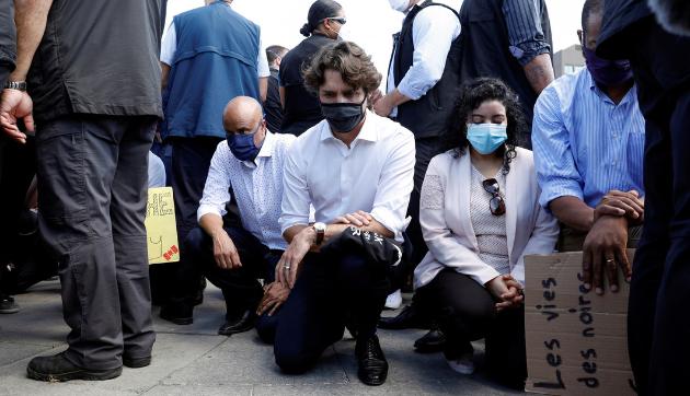 Video | Justin Trudeau se arrodilla durante una protesta contra la discriminación racial en Canadá