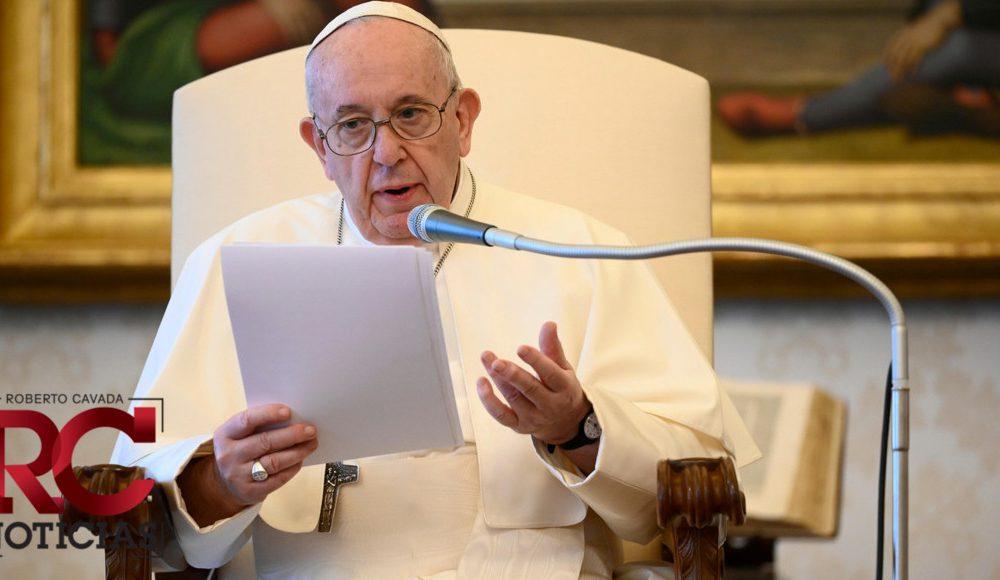 El papa celebra una misa con un cardenal al que destituyó