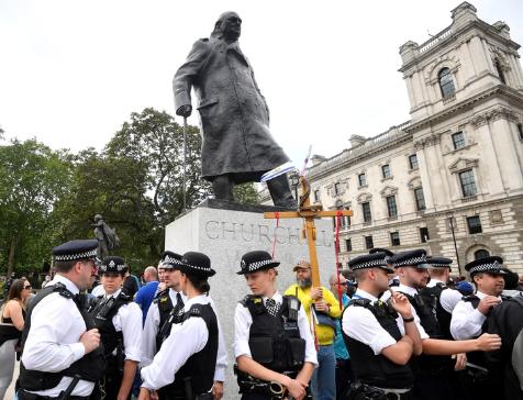 """Boris Johnson repudió el derribo de estatuas durante las protestas de Black Lives Matter: """"Winston Churchill fue un héroe"""""""