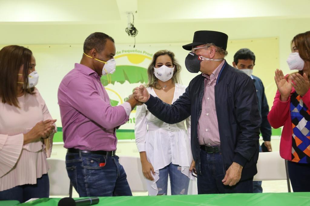 """""""La gente que sale corriendo desde que el perro les ladra, no sean delegados por favor"""", dice Danilo Medina en Valverde"""