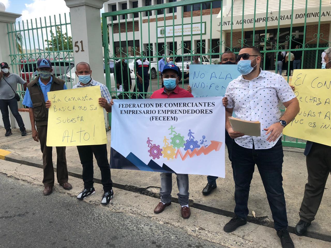Pequeños comerciantes protestan frente a la JAD contra subasta de ajo