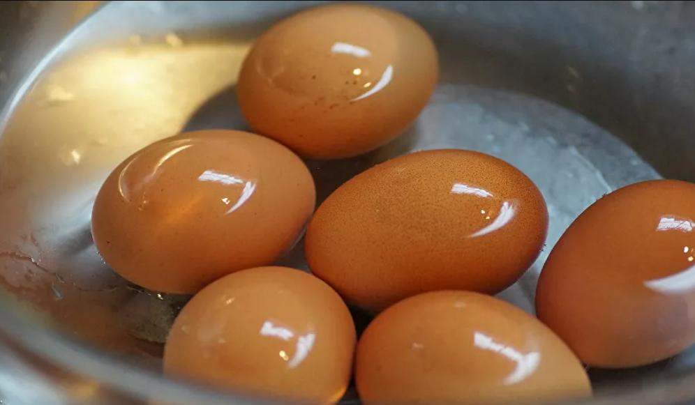 Olvídate de lo que te enseñaron: esta es la manera correcta de hervir un huevo