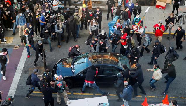Video | Momento en el que una persona conduce un auto hacia una multitud de manifestantes y abre fuego en Seattle