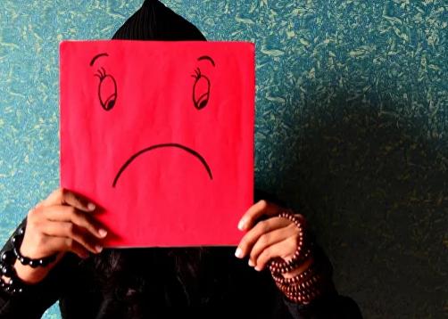 Pensar negativo es peligroso: descubren el impacto dañino del pesimismo