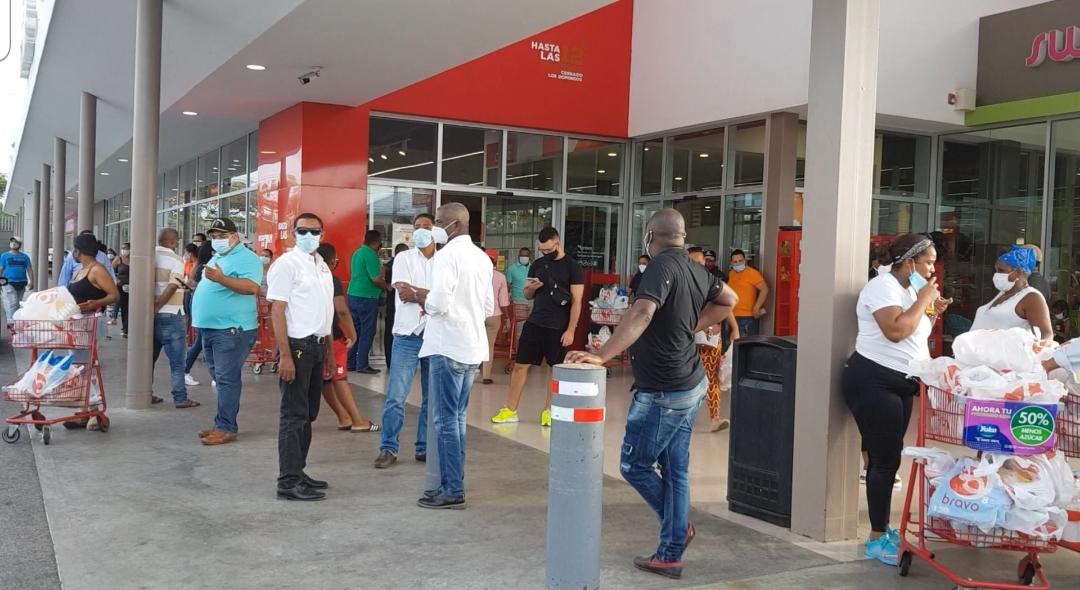 Videos | Dominicanos abarrotan supermercados ante llegada de la tormenta Isaías
