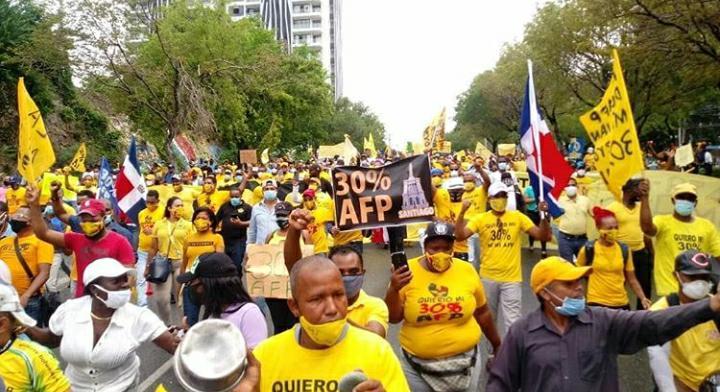 Decenas de personas se dirigen hacia el Congreso en reclamo del 30% de las AFP