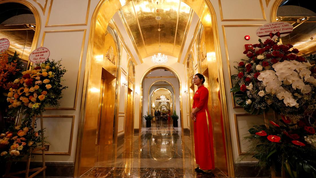 Tazas, cucharas, inodoros, muebles y piscina: abren el primer hotel donde todo está chapado en oro | Fotos