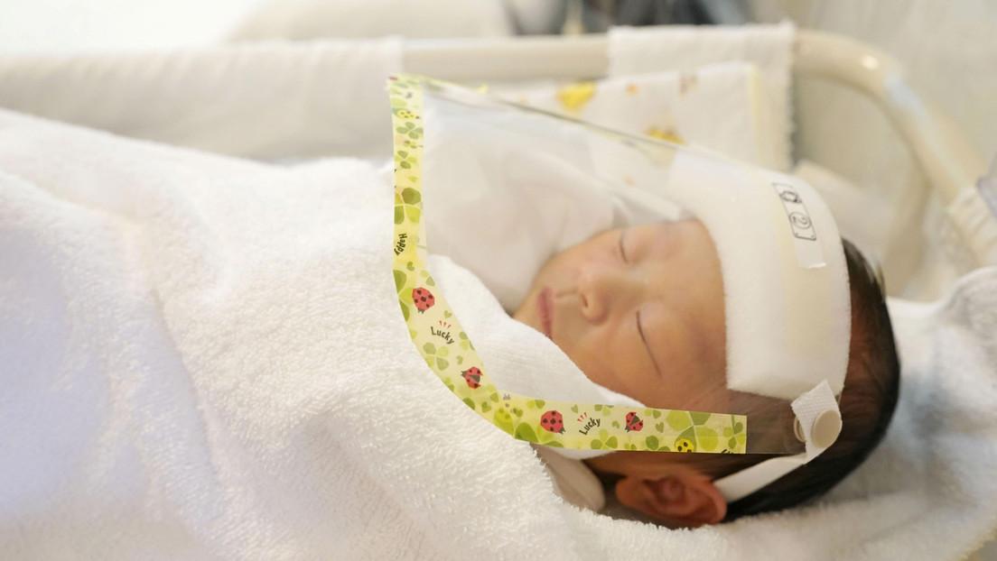 Fotos | Un bebé nace agarrado al dispositivo anticonceptivo de su madre