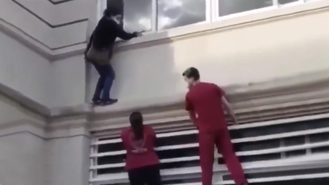 Video | Una 'mujer araña' escala por las paredes de un hospital para ver a un familiar con covid-19 y es rescatada por la Policía
